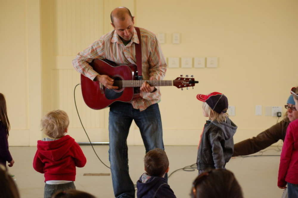 Matt Loosigian performs for kids at the Wells Reserve